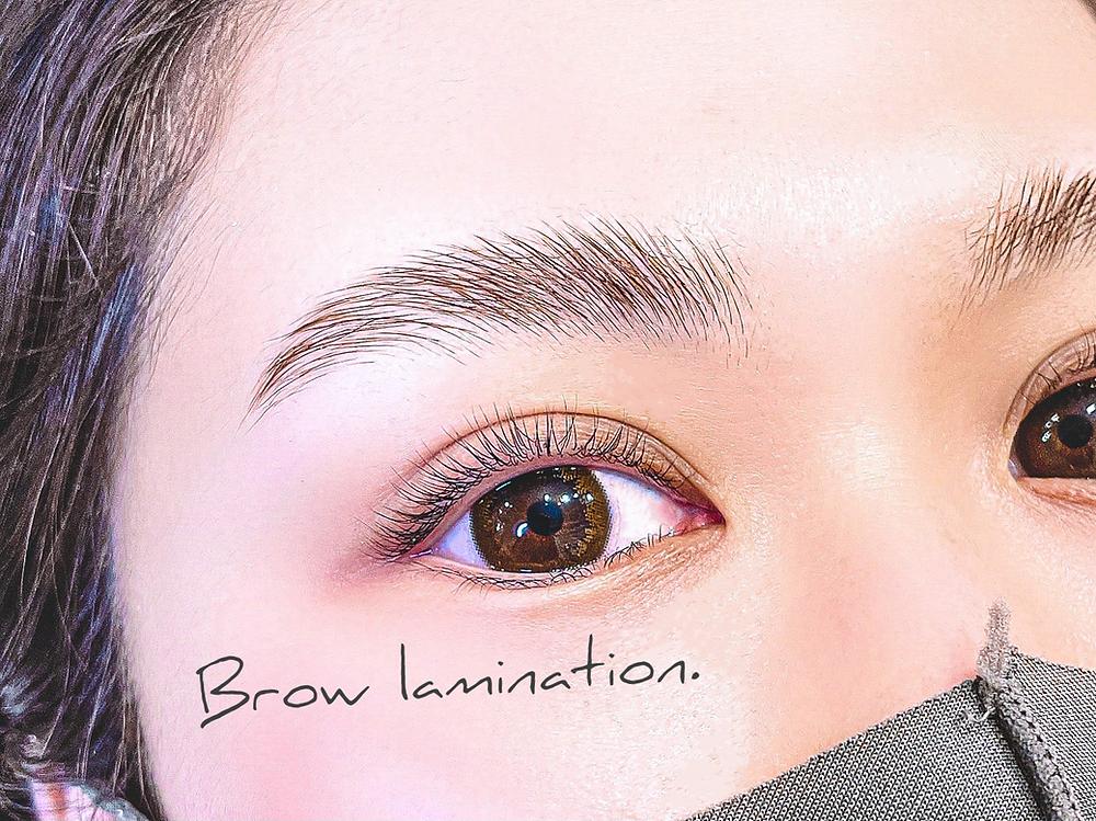 眉毛と目が美しい女性