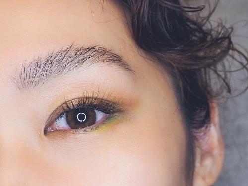 カラーマツエクと眉毛の同時メニューをした女性
