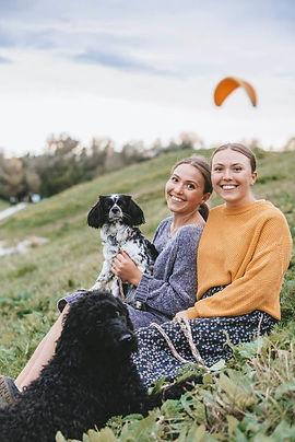 zwei Frauen ein Hund kuscheln