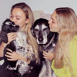 zwei Frauen zwei Hunde kuscheln