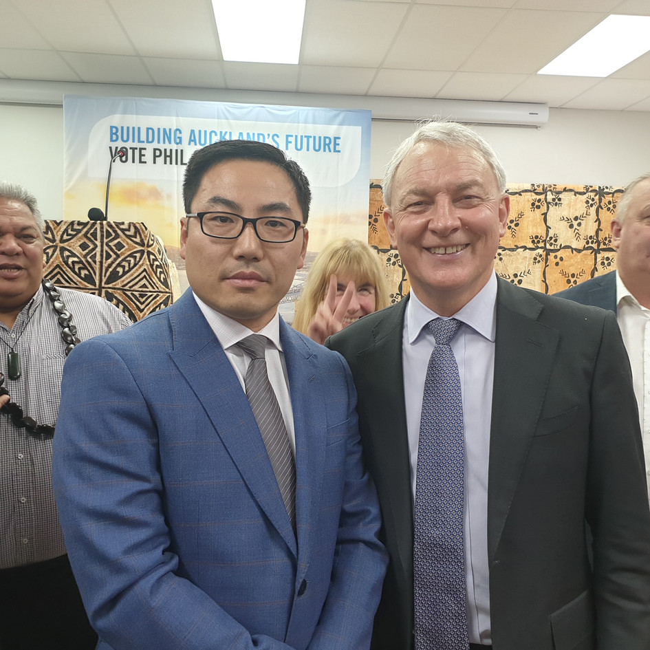 Director of Harmony World Building Ltd Kuo Jia and Auckland Mayor Phil Goff