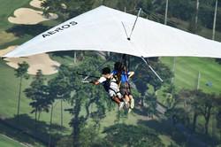 voando de asa delta em cima do golf
