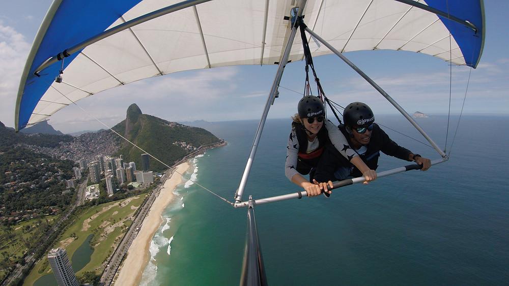 aluna pilotando asa delta no Rio de Janeiro