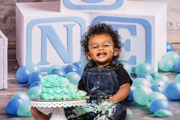 1YearOld-Birthday-CakeSmash-Portrait.jpg