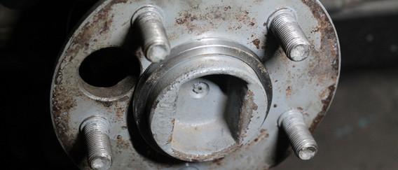 Une calle, fournie dans le kit, est nécessaire pour centrer correctement le disque de frein.