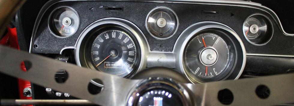 Tableau de bord d'origine Ford  Mustang 1968, avec les inconvéniants d'un élément de 50 ans.