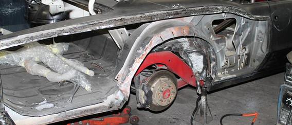 Pour élargir les ailes, il faut déjà les enlever et élargir les passages de roues à la nouvelle taille des pneus.