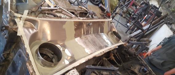 Les pièces de réparation existent et sont soudées en place. Le reste de la tole est nettoyé en profondeur et le tout est jointé et traité.