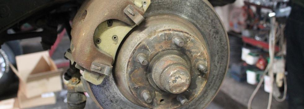 L'auto est déjà montée avec des disques a l'avant, mais autant remplacer tout ça par un kit Wilwood 4 pistons avec étriers aluminium.