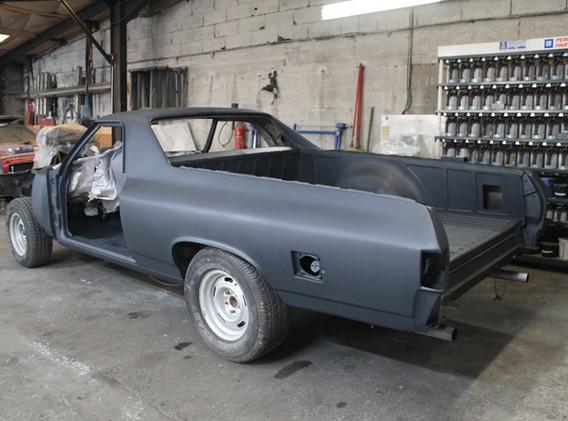 Voila, l'auto est en apprêt., prête à poncer et a peindre.