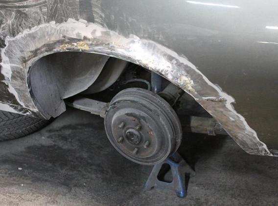 Cette Mustang parraissait saine, mais la carrosserie n'avait pas été refaite en profondeur. Le tour des ailes AR était malade. Il faut donc les changer, trop abîmées pour être réparées.