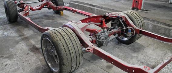 Vous pouvez voir les pneus AR que le client a choisi pour donner a son auto un look moderne. C'est du plus bel effet mais la carrosserie n'est pas adaptée a ce montage, il faut donc élargir les ailes AR.