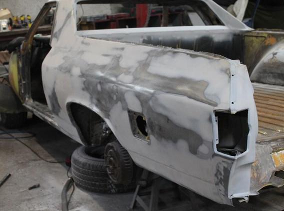l'auto est en préparation mastic, et il y en a !!! Ca reste un utilitaire, à la base.