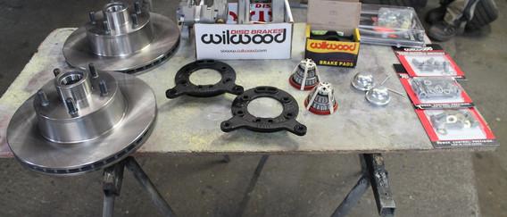 Voila le kit Wilwood entier, tout y est, jusqu'aux vis et flexibles nylon.
