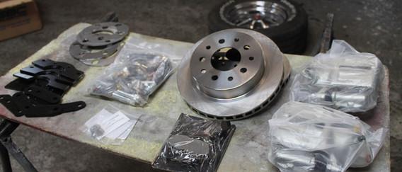 """Nous choisissons un kit SSBC approprié aux roues de 14"""" installés sur la voiture."""