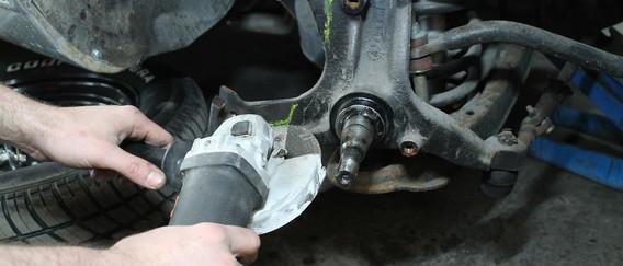 Découpe de la fusée pour installer le nouveau support d'étrier de frein. support