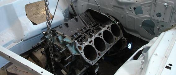 Mise en place, a blanc du bloc moteurdans sont compartiment restauré.
