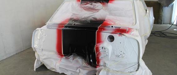 Peinture de la caise avec jeux de bandes se prolongeant dans le compartiment moteur.