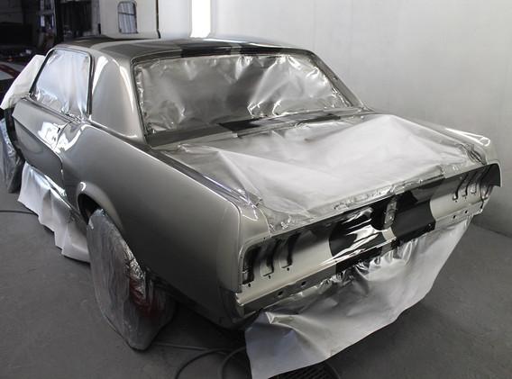 voici l'auto en cabine, peinte.