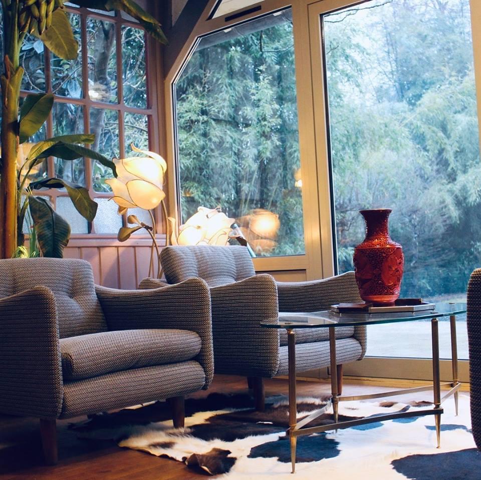 L'hiver arrive et vous avez envie d'une ambiance cocooning ? Deux fauteuils confortables vous accueillent pour prendre le thé avec une amie.
