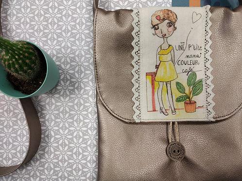"""Pochette sac unique en simili cuir """"Une p'tite nana couleur café"""""""