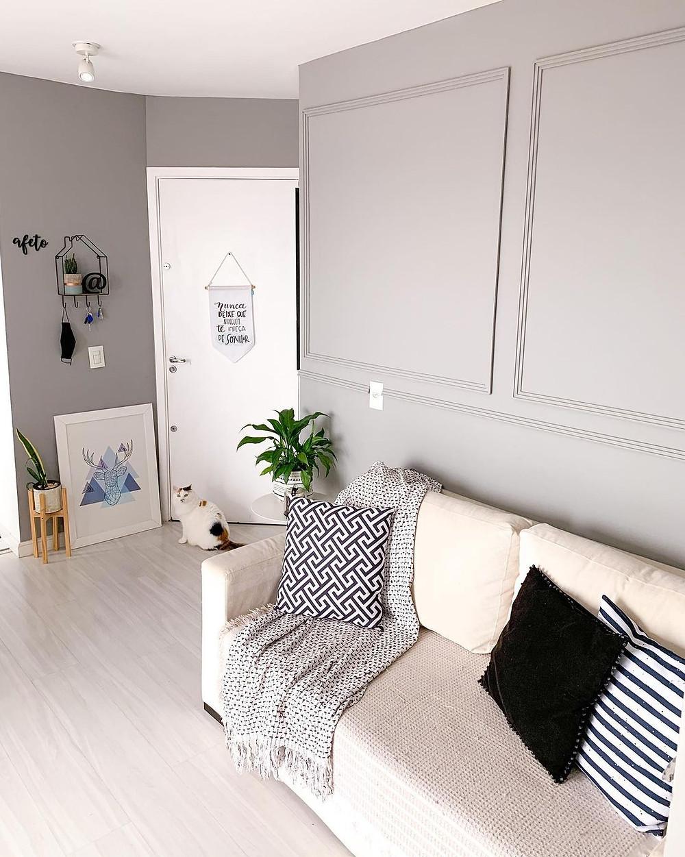 Sala em estilo escandinavo com piso laminado cinza claro.