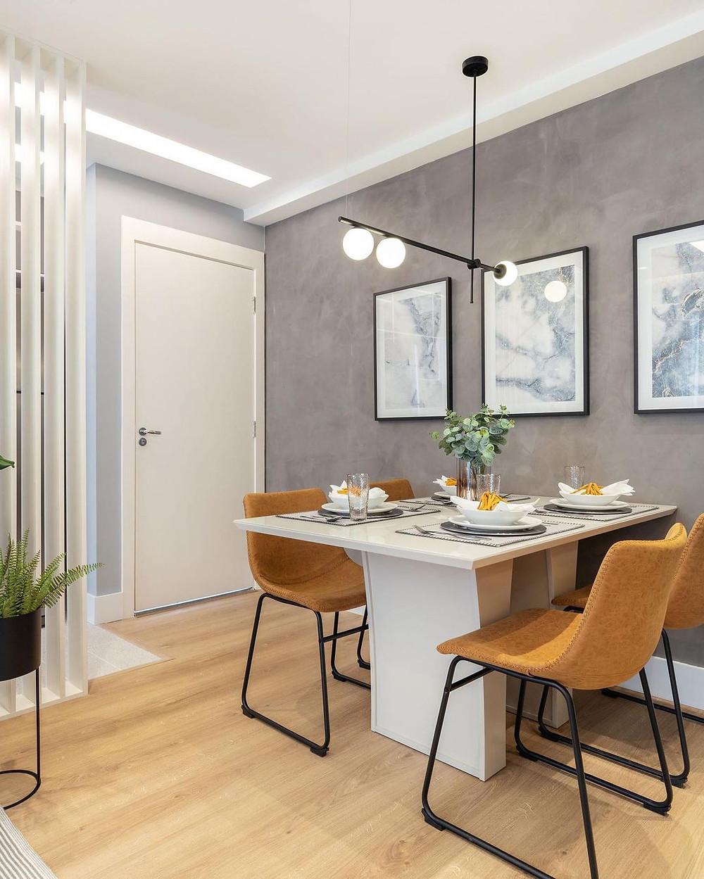 Sala moderna com piso laminado bege claro.