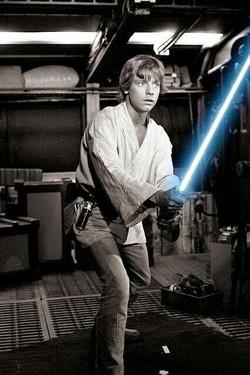 Luke skywalker com saibre de luz de laser.