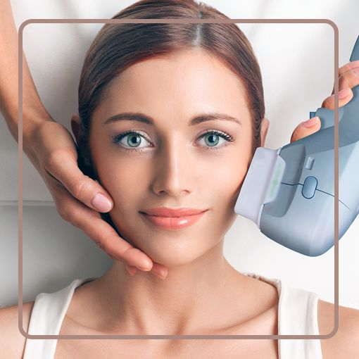 Dermatologista aplicando ultrasom microfocado Ultraformer no rosto de uma pessoas.