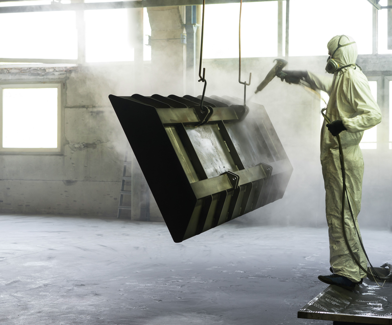 Worker Sandblasting Metallstück