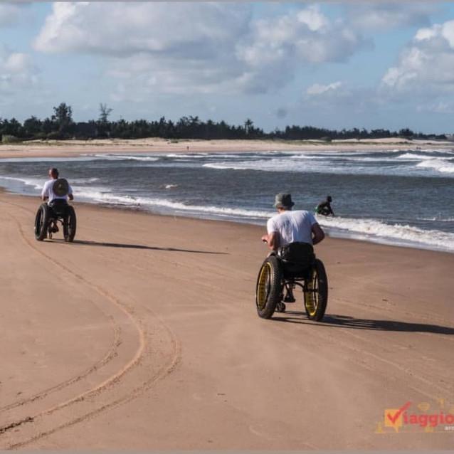 Una divertente gara sulla spiaggia di Mambrui con carrozzine fuoristrada progettate da Danilo Ragona