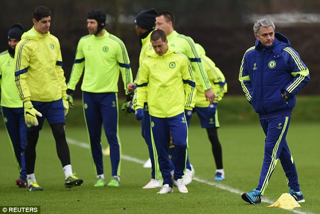 25BD384000000578-2956206-Mourinho_right_leads_his_Chelsea_players_in_training_be
