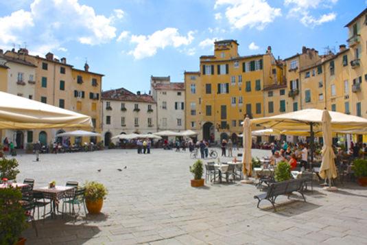 Piazza-del-Anfiteatro-Lucca-Italie.jpg