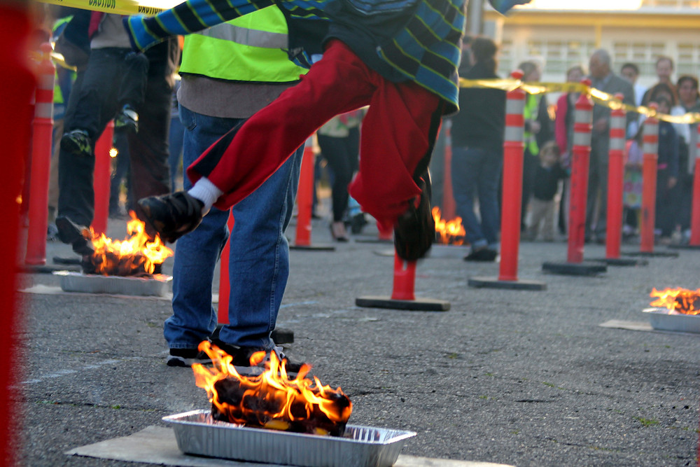 Прыжки через огонь на Новруз. Фото Quinn Dombrowski