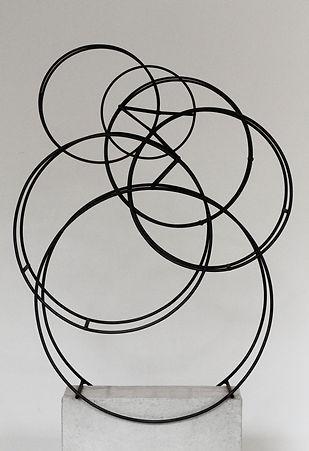 H.-M. Kissel, Cinetisches Reifen Objekt, graphitgefärbter Rundstahl kugelgelagert, 160 x 8