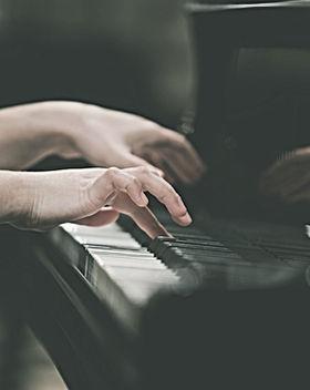 piyano çalan Eller kız
