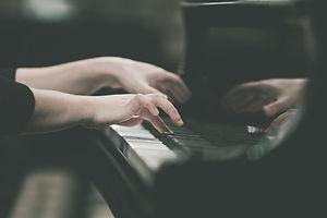 ピアノを弾く手の女の子