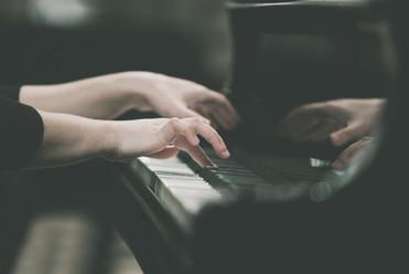 Mãos menina a tocar piano