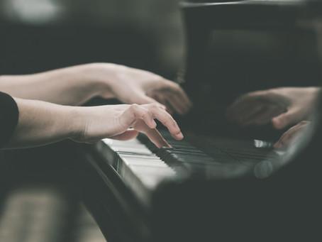 楽器を弾く姿勢のこと