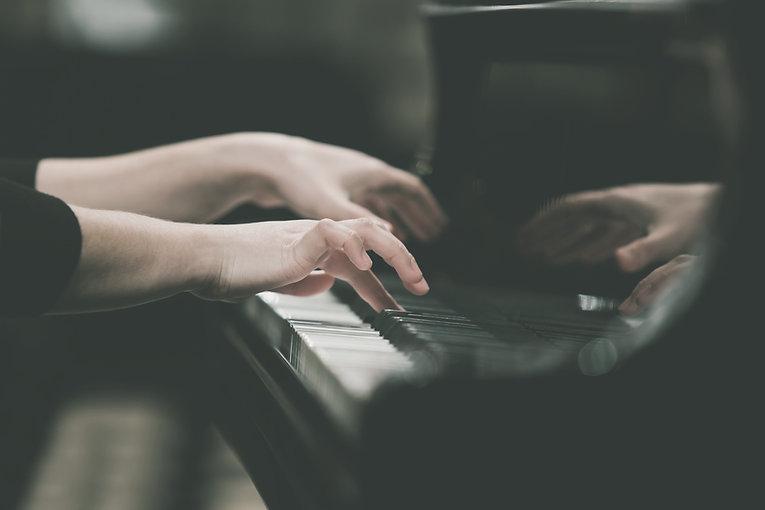 Hände Mädchen Klavier spielen