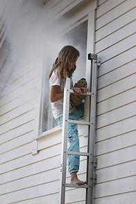 bilde jente klatrere ut vindu.jpg