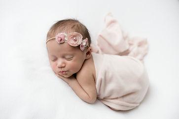 Neugeborene, Newborn, Baby, Mädchen, rosa, Haarband mit Blumen, Babyfotografie, Babyshooting