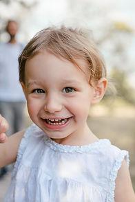 Kind, Mädchen lacht, Kinderportrait, Lächeln, Kinderfotos draußen