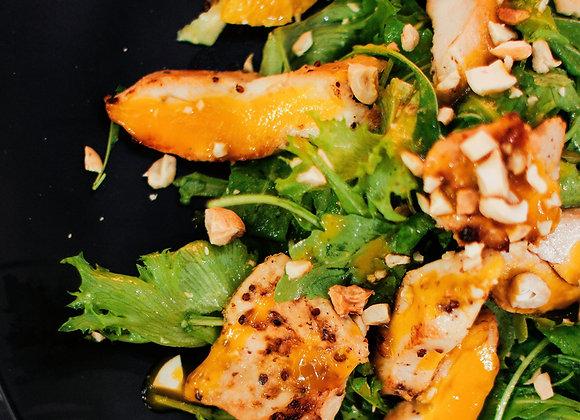 Салат с курицей, апельсином и манго