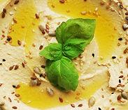 Houmous avec feuilles de basilic