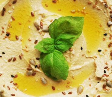 Hummus mit Basilikumblättern