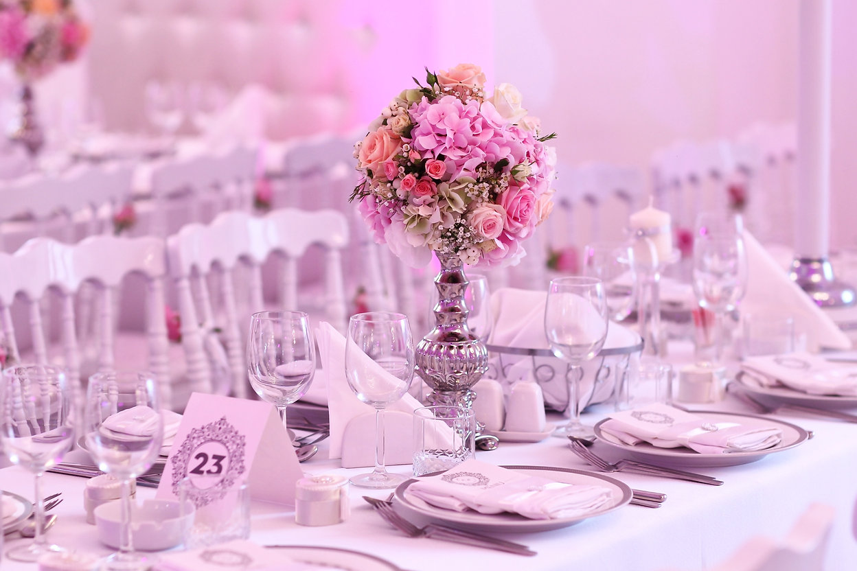 Beautifully decorated wedding table  .jp