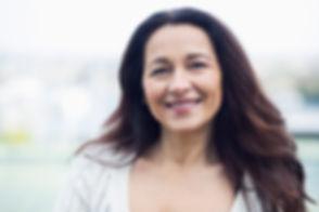 Mulher de sorriso envelhecido médio