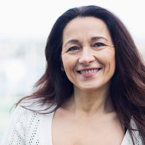A menopausa e as reações na pele: dicas de rotina diária que podem ajudar nessa fase
