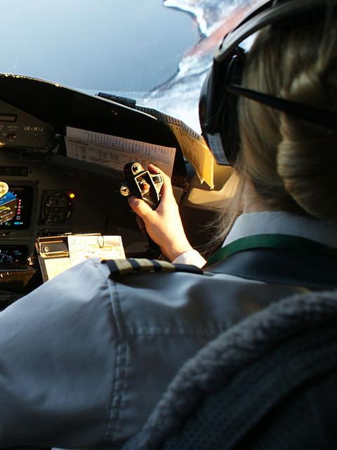 1200px-Wideroe-dash8-cockpit.jpg